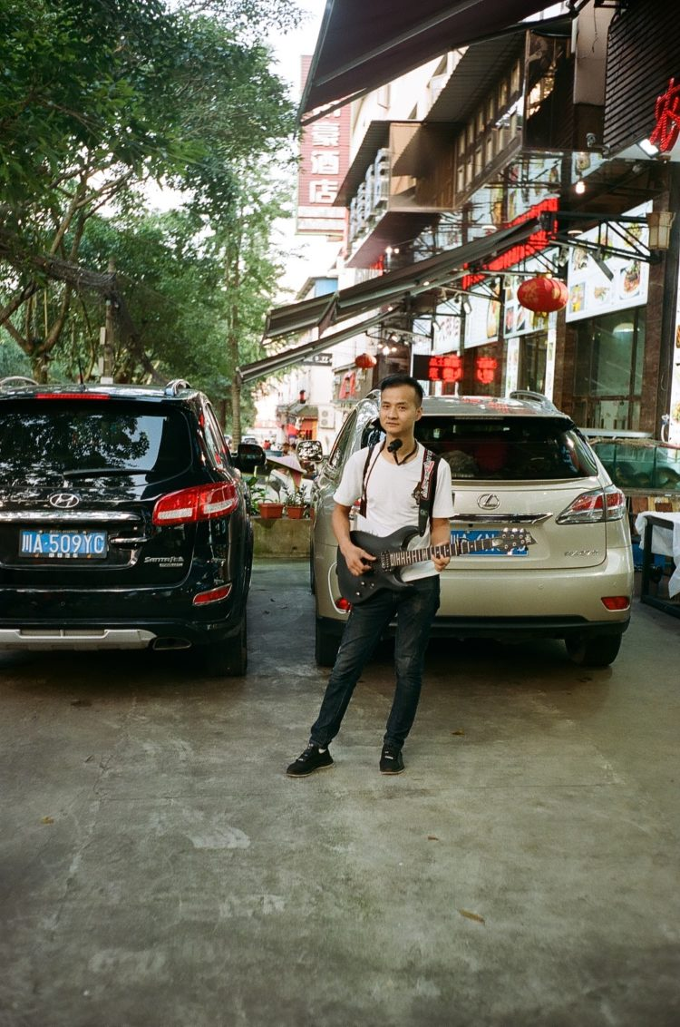 man with a guitar in Emeishan City